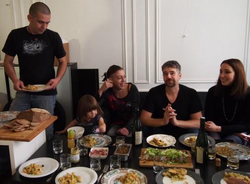 A table, on a souvent des invités ! Ici, Elodie (responsable de la Ruche de Mulhouse) avec sa petite famille !